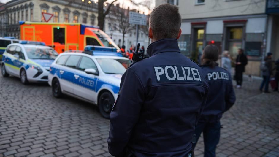 Potsdam: Polizisten sperren die Straßen um den Weihnachtsmarkt wegen eines verdächtigen Gegenstands