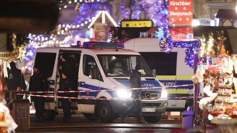 Polizei am Potsdamer Weihnachtsmarkt: In unmittelbarer Nähe wurde hier ein verdächtiges Paket gefunden und entschärft