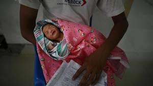 Horror in Indien: Ein für tot erklärtes Zwillingsbaby lebte noch. Die Eltern bemerkten, dass es sich auf dem Weg zur Beerdigung bewegte. (Symbolbild)