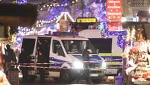 Polizeibeamte sichern den Weihnachtsmarkt in Potsdam