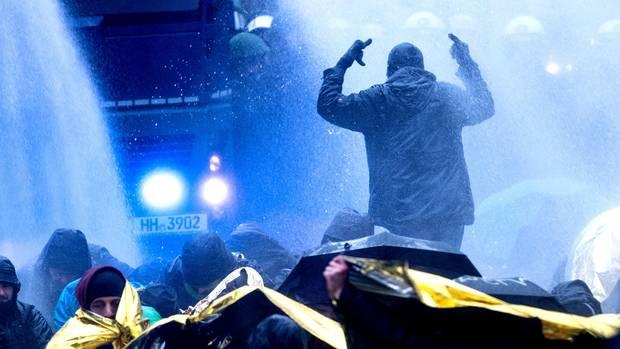 Auseinandersetzungen vor dem AfD-Parteitag: Die Polizei setzte Wasserwerfer gegen Demonstranten ein