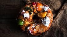 Portugal: Bolo Réi  Der Bolo Réi, zu deutsch Königskuchen, trägt seinen Namen aus gutem Grund: Seine runde Form mit dem Loch in der Mitte soll an eine Krone erinnern. Glasierte Trockenfrüchte, Nüsse, Rosinen und Orangeat verleihen dem Hefegebäck einen einzigartigen Geschmack.    In Portugal wird der Bolo Réi meist in der Zeit von Weihnachten bis zum Dreikönigstag am 6. Januar gegessen. Im Teig ist eine Bohne versteckt. Wer sie findet, muss den Kuchen im kommenden Jahr bezahlen.