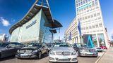 Daimler landet auf dem siebten Platz, eine Platzierung schlechter als im Vorjahr. Allerdings verdrängen in diesem Jahr die Autokonzerne Handelsunternehmen wie Kaufland oder dm. Beide Firmen sind nicht mehr in den Top 10 vertreten.