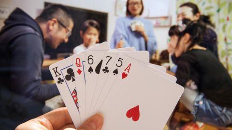 Ein Freundeskreis spielt Karten