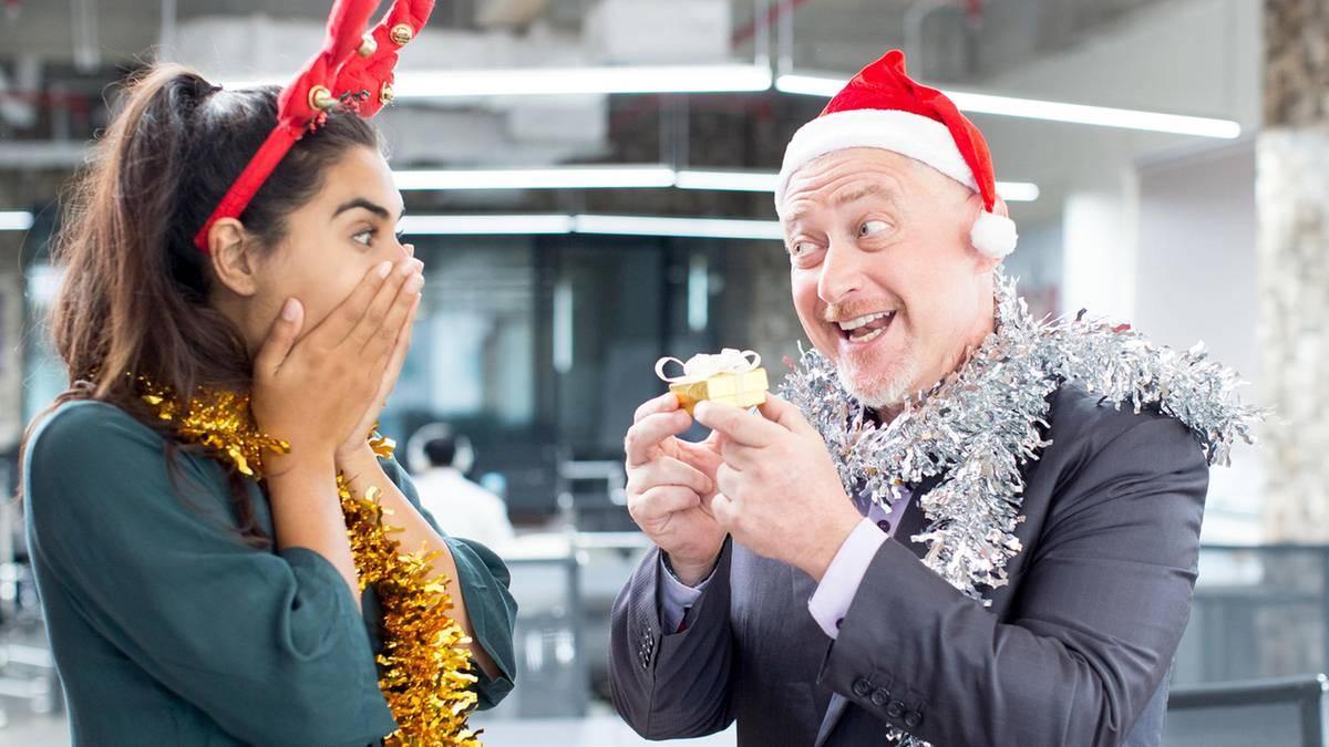 Knigge für die Weihnachtsfeier - Diese Dinge sollten Sie vermeiden ...