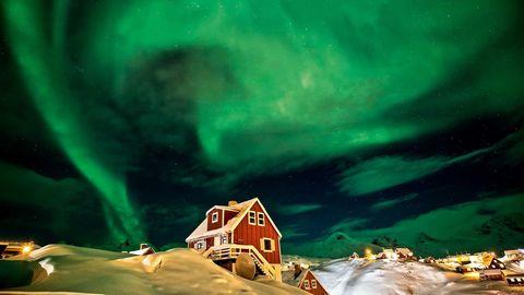 Gegen 20 Uhr lichteten sich die Wolken über Tasiilaq in Grönland für wenige Minuten. Zeit genug, um ein spektakuläres Nordlicht über dem kleinen Ort beobachten zu können.