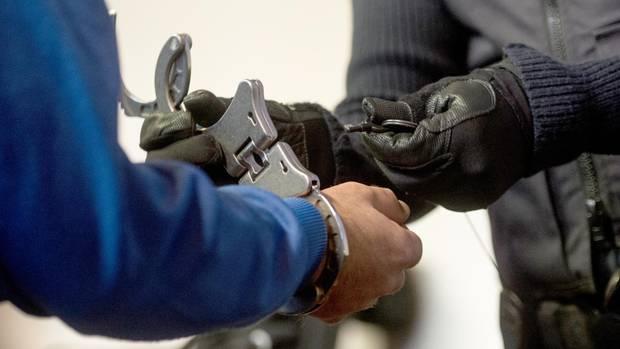 Justizbeamte nehmen dem 40-jährigen Mann im Gericht in Freiburg die Handschellen ab: Er hat die zwei Morde gestanden
