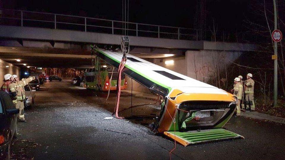 Berlin: Eisenbahnbrücke rasiert Flixbus das Dach ab