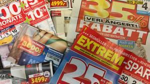 Zeitungsbeilagen der Möbelhäuser: Hier wird mit satten Rabatten und Prämien geworben.