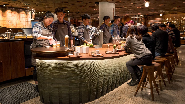 Starbucks hat China als neuen Markt auserkoren. Sie sagen, dass etwa alle 15 Stunden eine neue Filiale im Land eröffnet. Insgesamt hat Starbucks 3.000 Läden. Allein in Shanghai sind es 600 Cafés.