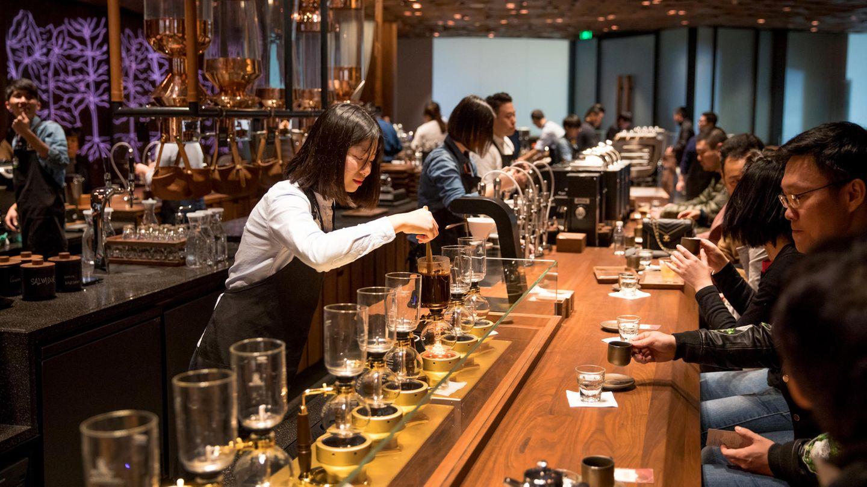 """Starbucks wirbt mit seiner neuesten Filiale auch mit dem """"Café der Zukunft"""". Wer zu Starbucks geht, soll etwas erleben und nicht nur eine Tasse Kaffee konsumieren."""