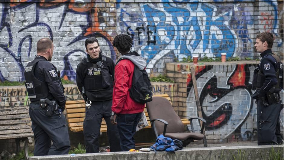 Die Grünanlage Görlitzer Park im Stadtteil Kreuzberg ist Treffpunkt für Drogendealer und Konsumenten. Verstärkte Kontrollen und eine Fußstreife von Polizei und Ordnungsamt sollen die Situation unter Kontrolle halten.