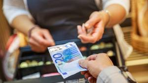 Die Bundesagentur für Arbeit hat angekündigt, Bargeld aus allen Jobcentern und Arbeitsagenturen zu verbannen. Leistungsempfänger sollen ihr Geld nun an den Kassen von Supermärkten und Drogerien bekommen. So praktikabel der Plan auch ist: Kritiker bemängeln, dass dadurch die Bezieher bloßgestellt werden könnten.