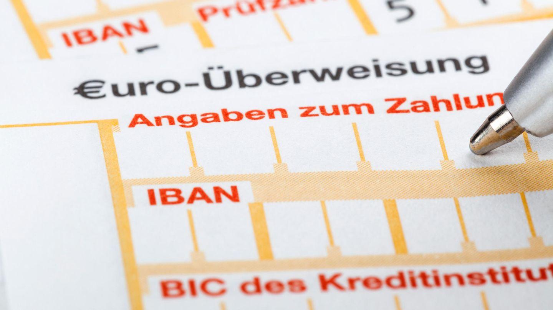 Überweisungen ins Ausland werden teurer. Ausgenommen davon sindSEPA-Überweisungen. Wer regelmäßig Geld ins Ausland transferiert, sollte die Gebühren der Banken vergleichen.