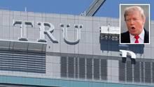 Zimmerpreise und Beliebtheit sinken: An seinem ehemaligen Hotel in Toronto wird der Trump-Schriftzug abmontiert.