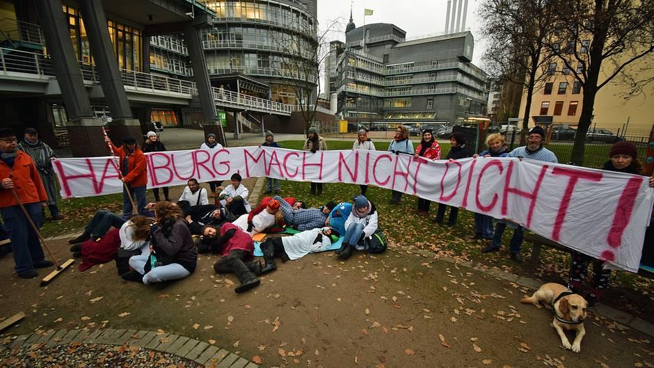 In Schlafanzügen spielen Obdachlose den Alltag in Hamburg vor