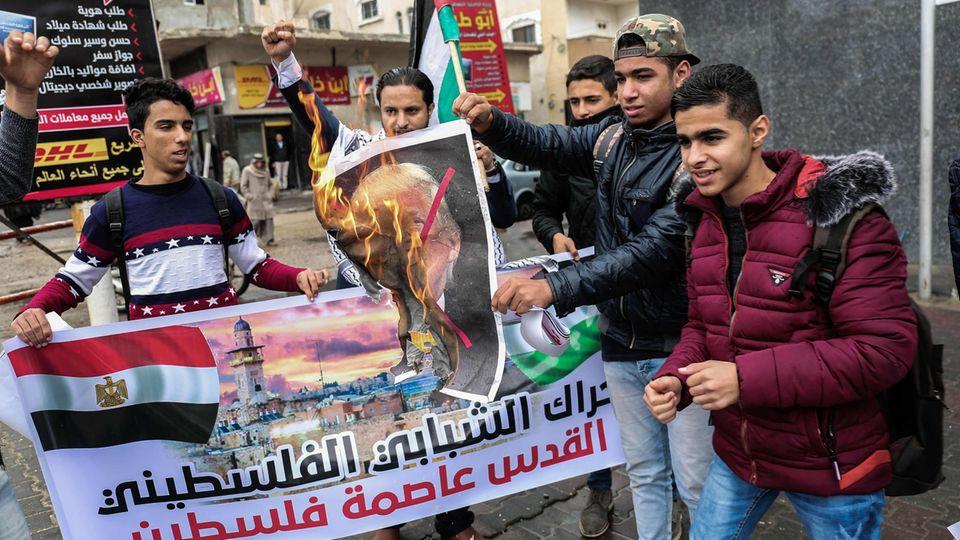 Palästinensische Jugendliche im Gaza-Streifen verbrennen ein Bild von US-Präsident Donald Trump