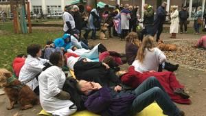 """Mitarbeiter von """"Hinz&Kunzt"""" setzen sich mit einer Kunstaktion für die Bedürfnisse der Menschen im Winternotprogramm ein"""
