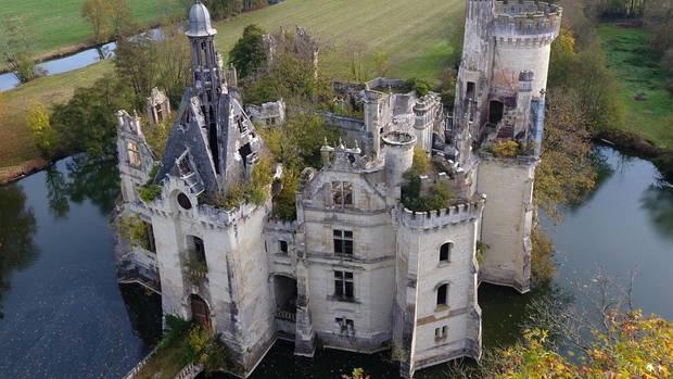 Das Schloss hat eine bewegte Vergangenheit. So wurde der Gebäudekomplex zwei mal von den Engländern erobert und in der französischen Revolution schwer verwüstet.