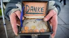 Ein Bettler bedankt sich für Geldspenden