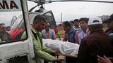 Twin Otter zerschellt in Nepal  Mai 2017: Der Flughafen von Lukla im Himalayastaat Nepal gehört zu den gefährlichsten der Welt. Eine Maschine vom Typ Twin Otter der Summit Air kam aus Kathmandu, befand sich im Landeanflug, flog jedoch im Nebel viel zu tief, streifte Bäume und krachte in den Abgrund. Dabei wurden der Pilot und Kopilot getötet und eine Flugbegleiterin schwer verletzt. Da es sich um einen Frachtflug handelte, waren keine weiteren Passagiere an Bord. Sehen Sie hier Twitter-Fotos der abgestürzten Maschine.