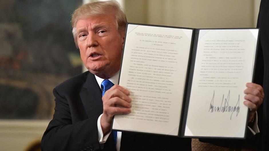 Stolz präsentiert US-Präsident Donald Trump die schriftliche Anerkennung Jerusalems als Hauptstadt von Irsael