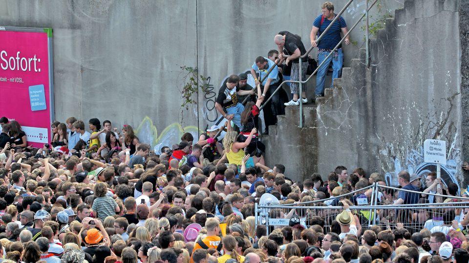 24. Juli 2010: Über eine Treppe versuchen einige Raver, dem tödlichen Gedränge zu entkommen