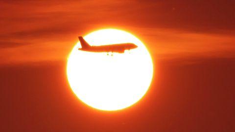 Ein Flugzeug in der Luft