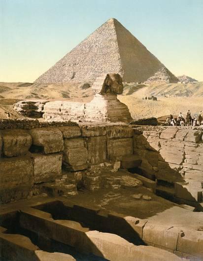 Eine Aufnahme aus den Anfängen des Tourismus in Ägypten mit dem Sphinxtempel vor der Großen Pyramide. Bereits 1886 eröffnete in der Nähe das Mena House mit Schwimmbecken, Reitplatz und Tennisplätzen. Kaiser, Prinzen und Könige stiegen hier ab.