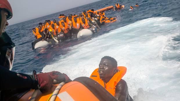 Flüchtlinge werden von einer Hilfsorganisation aus dem Mittelmeer nördlich von Libyen gerettet