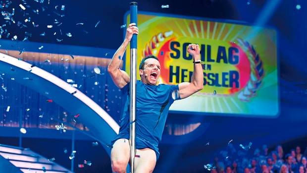 """Henssler in der TV-Show """"Schlag den Henssler"""". Am 16. Dezember 2017 tritt er um 20.15 Uhr wieder bei Pro Sieben an. Und ab April ist der Allrounder auf Tournee"""