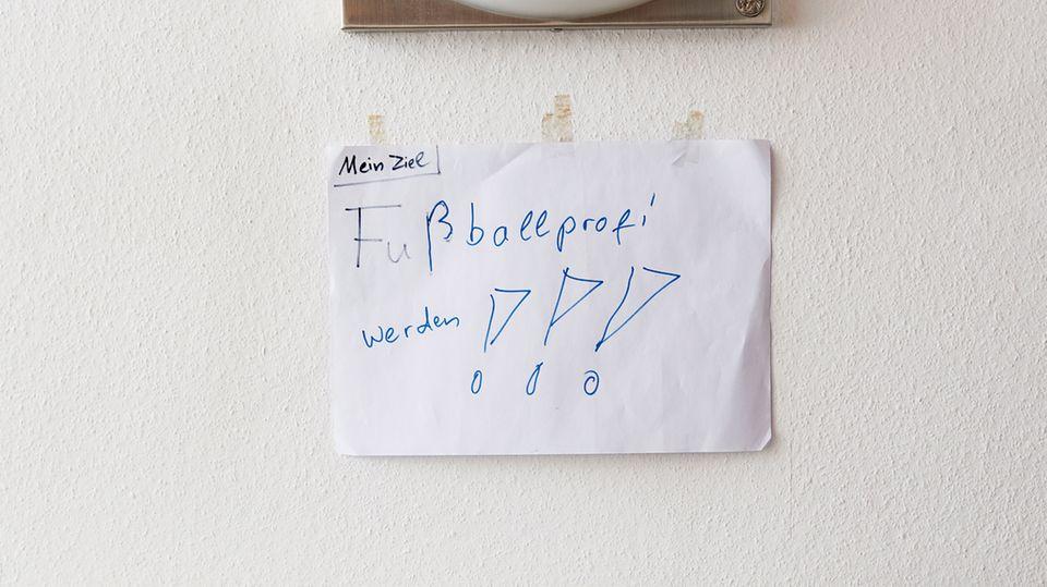 Ollert war acht Jahre alt, als er diesen Wunschzettel an die Wand heftete. Neun Jahre später hatte er es geschafft