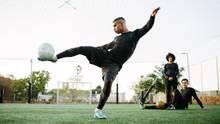 Fußballspieler kickt gegen Ball
