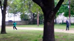 Walter Scott (l.) läuft vor Michael Thomas Slager davon, dieser schießt ihm in den Rücken