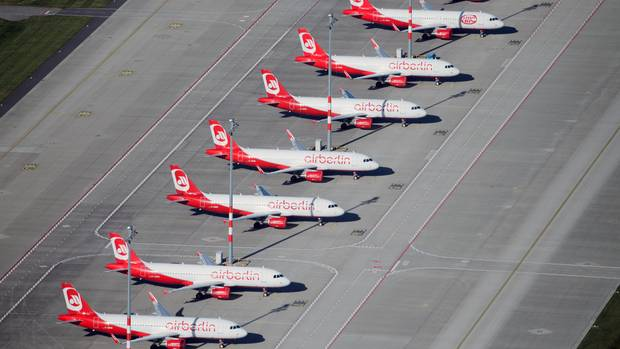 Maschinen der insolventen Air Berlin am Boden: Die Jets sind auf dem Vorfeld des Hauptstadtflughafens BER in Berlin-Schönefeld geparkt.