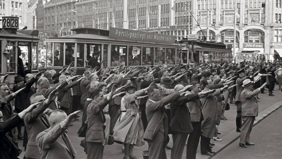 Hamburger auf dem Rathausmarkt mit dem Hitlergruß