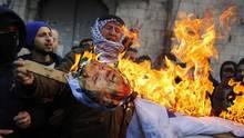 Palästinensische Demonstranten verbrennen ein Trump-Bild