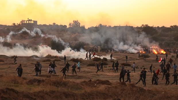 Demonstranten protestieren in Bureij im Gazastreifen