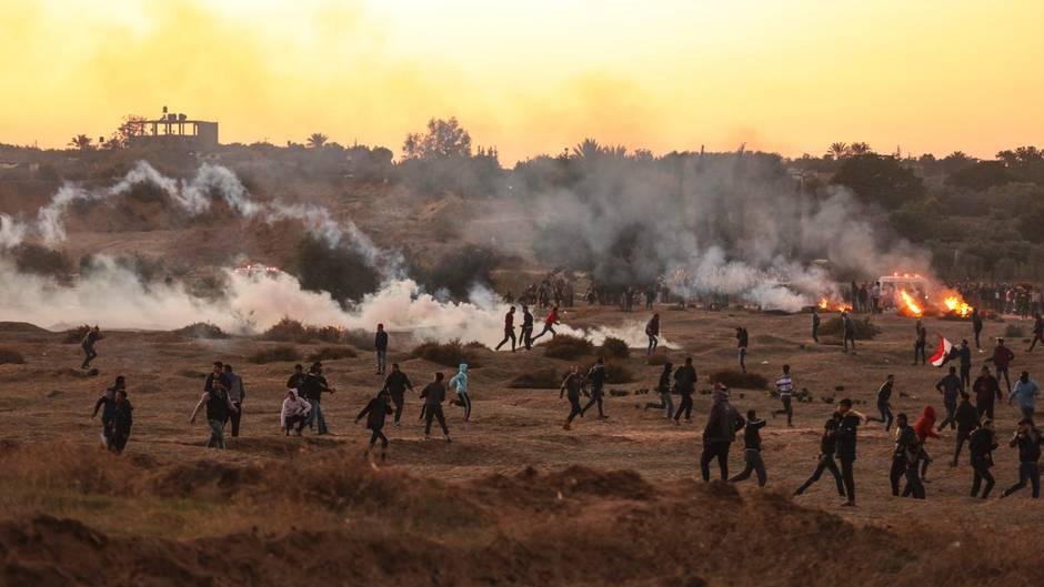 Demonstranten protestieren in Bureij im Gazastreifen