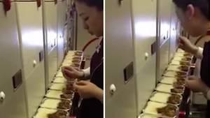 Stewardess beim Essen