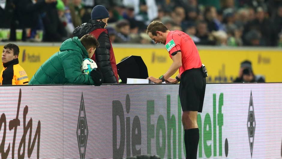 Referee Stegemann schaut sich die Szene vor dem Elfmeterpfiff noch einmal an