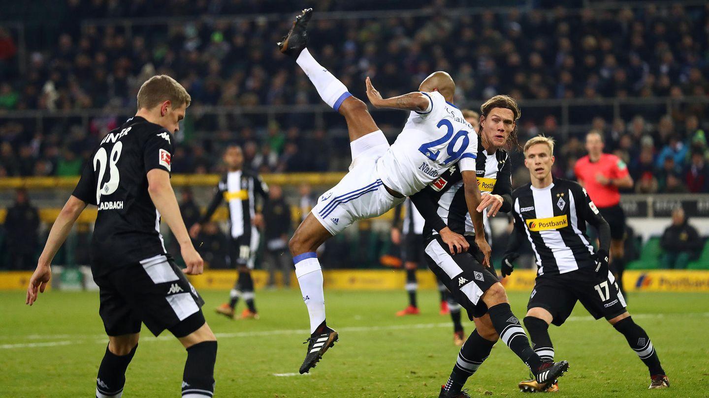 Spieler vom FC Schalke und Borussia Mönchengladbach im Kampf um den Ball