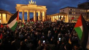 Mehrere Tausend Muslime demonstrierten vor dem Brandenburger Tor gegen die Entscheidung von US-Präsident Donald Trump, Jerusalem als Hauptstadt Israels anzuerkennen. Dabei wurden auch Flaggen mit Davidstern in Brand gesetzt.
