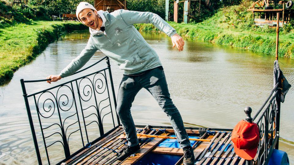 Ein wahr gewordener Kleinejungstraum: Fynn Kliemann schippert über seinen selbst ausgebaggerten Teich