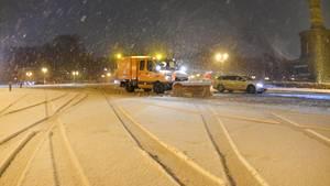Schnee und Eis: Wintereinbruch sorgt für Verkehrschaos - Ausfälle im Bahn- und Flugverkehr