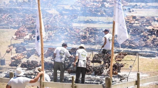Fleischberge auf Spezialgrills: Das Rekordgrillfest in Minas, rund 120 Kilometer von Uruguays Hauptstadt Montevideo