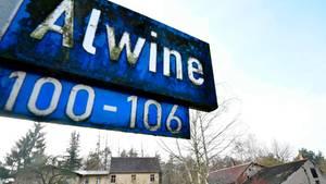Straßenschild Alwine mit Blick auf das für 140.000 Euro versteigerte Dorf