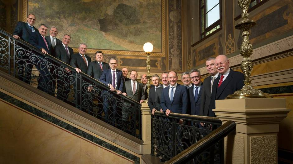 Das Gruppenbild der 17 Innenminister sorgt für Diskussionen in sozialen Netzwerken wie Twitter