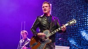 Queens-Of-The-Stoneage-Frontmann Josh Homme tritt Fotografin bei Konzert