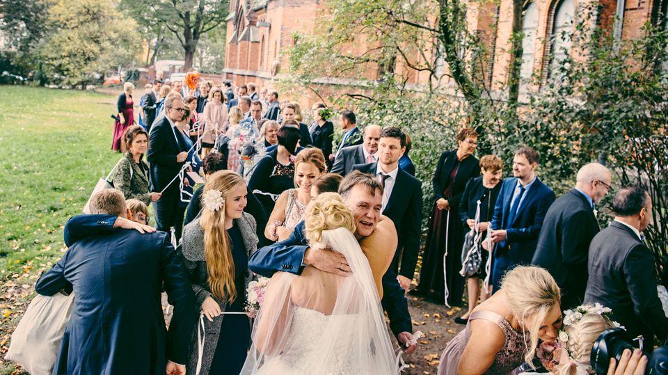 """Trendige """"Wedding Wands"""", also Schleifen an Stäben, kommen zum Einsatz"""